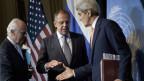 Der UNO-Sonderbotschafter für Syrien Staffan de Mistura beobachtet, wie der russische Aussenminister Sergei Lavrov and US-Aussenminister John Kerry an der Pressekonferenz im Grand Hotelin Wien