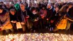 Die Menschen auf dem Place de la République um die Opfer der Attentate.
