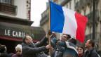 Die französische Trikolore vor dem Pariser Restaurant Carillon, wo am Freitagabend auch Menschen ums Leben gekommen sind.