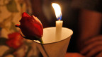 Der Opfer der Attentate von Paris gedenken. Der Weg zurück in den Alltag kann sehr schwierig sein.