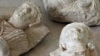 Die Islamisten haben auch Einnahmen aus dem Handel mit Kunstgegenständen aus geplünderten Grabstätten. Britische Quellen schätzen diese auf weit über 30 Millionen Dollar. Ein Teil der geraubten Kunst landet auch im Westen.