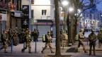 Bei der Aktion in Saint-Denis waren auch rund 50 Soldaten im Einsatz, um den Einsatzort zu sichern. Präsident François Hollande mit Premierminister Manuel Valls und Innenminister Bernard Cazeneuve den Einsatz aus dem Elysée-Palast.