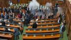 Handfester Streit um mehr Rechte für die serbische Minderheit in Kosovo. Dass die nationalistische Karte gespielt werde, sei gefährlich, meint der Beobachter. Bild: Tränengas im Parlament in Pristina.