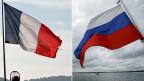 Der islamistische Terror macht aus Gegnern Verbündete. Bild: Eine französische, blau-weiss-rote Flagge weht im Westwind, eine russische, weiss-blau-rote, im Ostwind.