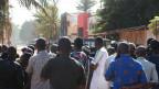 Schaulustige in der Nähe des «Radisson Blu Hotel», nachdem Bewaffnete das Gebäude gestürmt hatten in Bamako, Mali, am 20. November 2015.