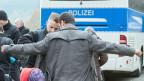 Wegscheid an der deutsch-österreichischen Grenze: Die Polizisten tasten die Flüchtlinge nur oberflächlich ab. Es gibt keine erhöhten Sicherheitsmassnahmen.