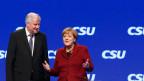 Bayerns Ministerpräsident und CSU-Chef Horst Seehofer (l.) begrüsst Bundeskanzlerin Angela Merkel am CSU- Parteitag in München.