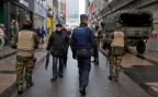 Polizisten und Soldaten patroullieren in einer sonst belebten Einkaufsstrasse in Brüssel