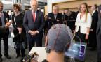 Bundesrat Schneider-Ammann lässt sich an der EPFL eine Neuroprothese erklären