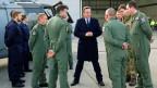 Der britische Pemierminister besucht die Royal Air Force Station in der Nähe vonLondon.