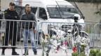 Ein tunesischer Polizist steht Wache in der Nähe des Ortes des Selbstmordanschlags in Tunis. Die Terrormiliz IS bekennt sich zum Anschlag