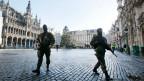 Höchste Terror-Alarmstufe - Soldaten patrouillieren auf der Grand Place in Brüssel.