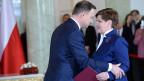 Eine am Montag veröffentlichte Umfrage in Polen zeigt: 55 Prozent der Befragten sehen die Demokratie im Land gefährdet. Bild: Der polnische Präsident Andrzej Duda und Premierministerin Beata Szydlo.