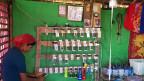 Laut der Weltbank haben zurzeit nur 30 Prozent der Bevölkerung in Burma durchgehend Strom. Trotzdem verkauft Telenor monatlich eine Million SIM-Karten und hat bereits zwölf Millionen Kunden. Ein enormer Wachstumsmarkt, wenn auch für Telenor noch nicht profitabel. Bild: In einem Lager der muslimischen Minderheit der Rohingyas betreibt wird mit einem Generator eine Ladestation für Mobiltelefone betrieben.