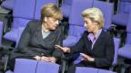 Die deutsche Verteidigungsministerin Ursula von der Leyen unterhält sich mit der Bundeskanzlerin Angela Merkel.