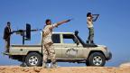 Angehörige einer der zahlreichen Milizen beobachten Stellungen des IS in der Nähe von Sirte.