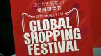«Am Flughafen von Peking braucht man ab einem gewissen Punktestand auf der Sesam-App von Alibaba vor der Sicherheitskontrolle nicht mehr lange Schlange zu stehen. Smartphone vorzeigen genügt, sagt die Juristin Zhou Yuanyuan. Bild: Logo «11.11. - Global Shopping Festival» von Alibaba in einer Strasse von Peking.
