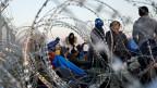 Flüchtlinge am mazedonisch-griechischen Grenzzaun.