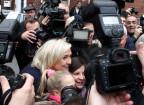 Marine Le Pen nimmt ein Bad in der Menge