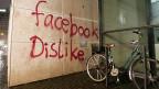 «Facebook Dislike» - von einem vorausschauenden Jugendlichen an die Wand gesprayt? Ob die strene Klausel für Minderjährige bei der neuen EU-Datenschutzregelung hilft, ob sie überhaupt umsetzbar ist, wird sich weisen.