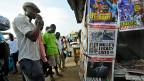 Tag für Tag stünden seine Landsleute vor den westlichen Botschaften Schlange - stundenlang. Tausende, Zehntausende, Hunderttausende vorwiegend junge Menschen, erzählt Evans Adjej. Bild: ein Zeitungskiosk in Accra.