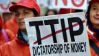 Der Widerstand gegen das geplante transatlantische Freihandelsabkommen wächst. Demonstration in Brüssel.