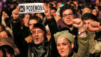 Spaniens Zwei-Parteien-System ist Geschichte, zumindest vorläufig. Die neue Buntheit hat ihren Preis. Bild: Sympathisanten und Anhängerinnen von Podemos; sie haben bei den Wahlen 21 Prozent der Stimmen erhalten.