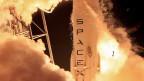 Der Anfang vom Ende der Wegwerf-Raketen: Erstmals landet eine Trägerrakete heil auf der Erde. Bild: Trägerrakete «Falcon 9» von SpaceX.