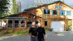 Mitten in der Wildnis von Alaska: Audie und Jenny vor den «Denali Highway Cabins». Nur nichts vergessen beim Grosseinkauf, denn die Distanzen sind gross.