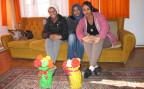 drei Flüchtlingsfrauen im Wohnzimmer des Bauernhauses in Wohlen