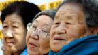 Drei von ursprünglich zehntausenden «Trostfrauen»: Frauen und Mädchen, die Japan im Zweiten Weltkrieg in den besetzten Gebieten in Korea, China, Indonesien oder Taiwan zur Prostitution gezwungen hat; Sie sollten den japanischen Soldaten «Trost» spenden. Die drei Frauen sind heute zwischen 87 und 91 Jahre alt.