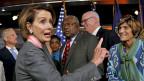 Falls man in der Hitze des Wortgefechts mal vergisst «with all due respect» zu sagen, ist es noch nicht zu spät. Die vier Wörter lassen sich nämlich auch nachschieben, wie dies Nancy Pelosi, Chefin der Demokraten im Repräsentantenhaus, im Beitrag beweist. Bild: Nancy Pelosi nach einer Medienkonferenz.