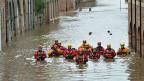 Hilfskräfte im Einsatz gegen das Hochwasser in der Ortschaft Skeldergate in der englischen Grafschaft Yorkshire.