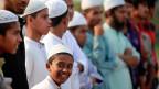Viele Jugendliche würden einfach glauben, was man ihnen sage - und so seien sie eine einfache Beute für extremistische Netzwerke. Zudem seien Armut und Perspektivenlosigkeit ein Hauptantrieb. Bild: Ein Junge an der Kundgebung einer islamistischen Organisation in Dhaka, der Hauptstadt von Bangladesh.