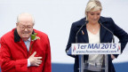 Der Gründer der Partei Front National (FN) Jean-Marie Le Pen (links) mit seiner Tochter und Partei-Präsidentin Marine Le Pen am 1. Mai 2015 in Paris.