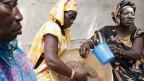 Die Initianten der Anti-Spekulationsinitiative setzen auf internationale Bauern-Solidarität. Hier Frauen in Senegal, die Cous-Cous kochen.