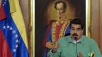 Venezuela droht nach der ersten Sitzung des neuen Parlaments noch mehr Gewalt. Bild: Präsident Nicolas Maduro, hinter ihm ein Gemälde des südamerikanischen Freiheitskämpfers Simon Bolivar.