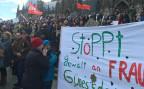 Demonstrantinnen vor dem Kölner Dom
