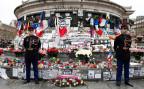 Blumen, Kerzen und Karten auf der Place de la République in Paris, wo heute der Terroropfer gedacht wurde