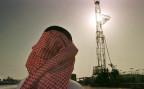 Ein Bohrturm der Aramco im Al Howta-Ölfeld