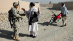 Der Teil-Abzug der US-Streitkräfte aus Afghanistan hat den Taliban wieder Auftrieb verschafft. Archivaufnahme dem Jahr 2011. Ein Soldat kontrolliert einen afghanischen Zivilisten.