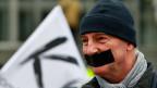 Ein polnischer Demonstrant befürchtet, dass mit dem neuen Mediengesetz die Meinungsfreiheit gefährdet wird.