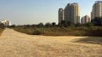Als Guru Dhirendra Brahmacharis ums Leben kam,  hinterliess er Massen offener Rechnungen, zahlreiche Häuser und Ländereien – etwa das Grundstück in Gurgaon, das so gross ist wie 18 Fussballfelder. Dessen Wert ist um das 4000-fache gestiegen, auf weit über 100 Millionen Franken.