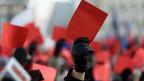 Rote Karte für die polnische Regierung: Protestierende an einer Kundgebung.