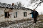 Beschädigtes Haus in einem Dorf bei Mariupol