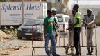 Wie gefährlich die Situation für Helferinnen und Helfer in Burkina Faso ist, ist schwer abzuschätzen. Bild: Sicherheitskräfte vor dem Hotel, dem der Terrorangriff gegolten hat.
