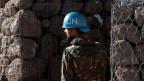 Ein UN-Soldat neben einer UN-Basis zwischen den israelisch kontrollierten Golan und Syrien.