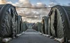 Wer in Dänemark künftig ein Asylgesuch stellt, wird in einem speziellen Lager ausserhalb der grösseren Ortschaften untergebracht; der Nachzug von Familienmitgliedern wird massiv erschwert – und zudem werden Flüchtlinge bei der Ankunft nach Wertgegenständen untersucht, die allenfalls beschlagnahmt werden können.