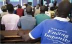 Man muss verstehen, weshalb viele Leute im Norden Ugandas mit dem laufenden Verfahren nicht nur glücklich sind. Sie können nicht wirklich verurteilen, was die «Lord's Resistance Army» tat, denn damit würden sie auch ihre eigenen Kinder verurteilen. Bild: In der Schule von Gulu im Norden Ugandas verfolgen Schüler und Dorfbewohner den Prozess gegen Dominic Ongwen am Fernsehen.