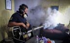 Auch in El Salvador geht man gegen das Zika-Virus vor: Ein Mitarbeiter des Gesundheitsdienstes verprüht in einer Wohnung Insektizide.